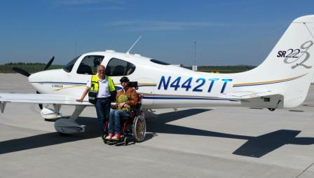 Ron fliegt mit Pilot Andreas Konietzko ins Kinderhospiz nach Wiesbaden