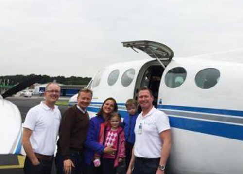 Die Familie mit den Flying Hope Piloten vor dem Abflug nach Egelsbach