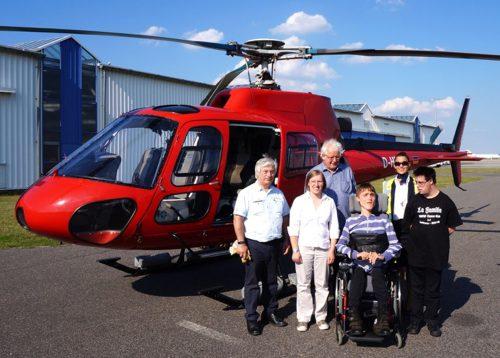 Flying Hope Pilot Kurt Levy mit Florian und seinen Geschwistern vor dem Rundflug
