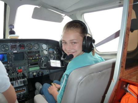 Jascha fliegt mit seiner Schwester Frida nach Hause