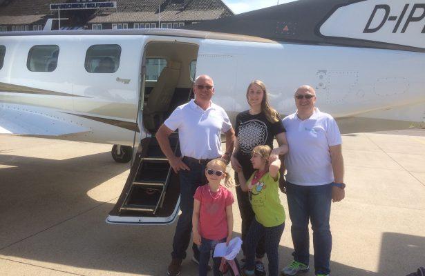 Lenja fliegt mit Pilot Walter Extra