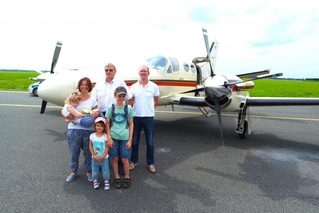 Drei Geschwister fliegen nach Bremen