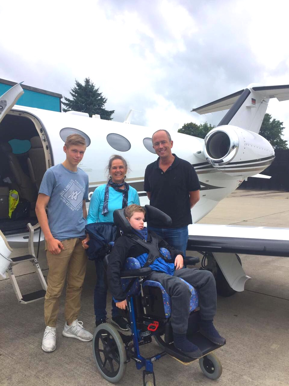 Dr. Werner fliegt Kilian und Pascal nach Hause