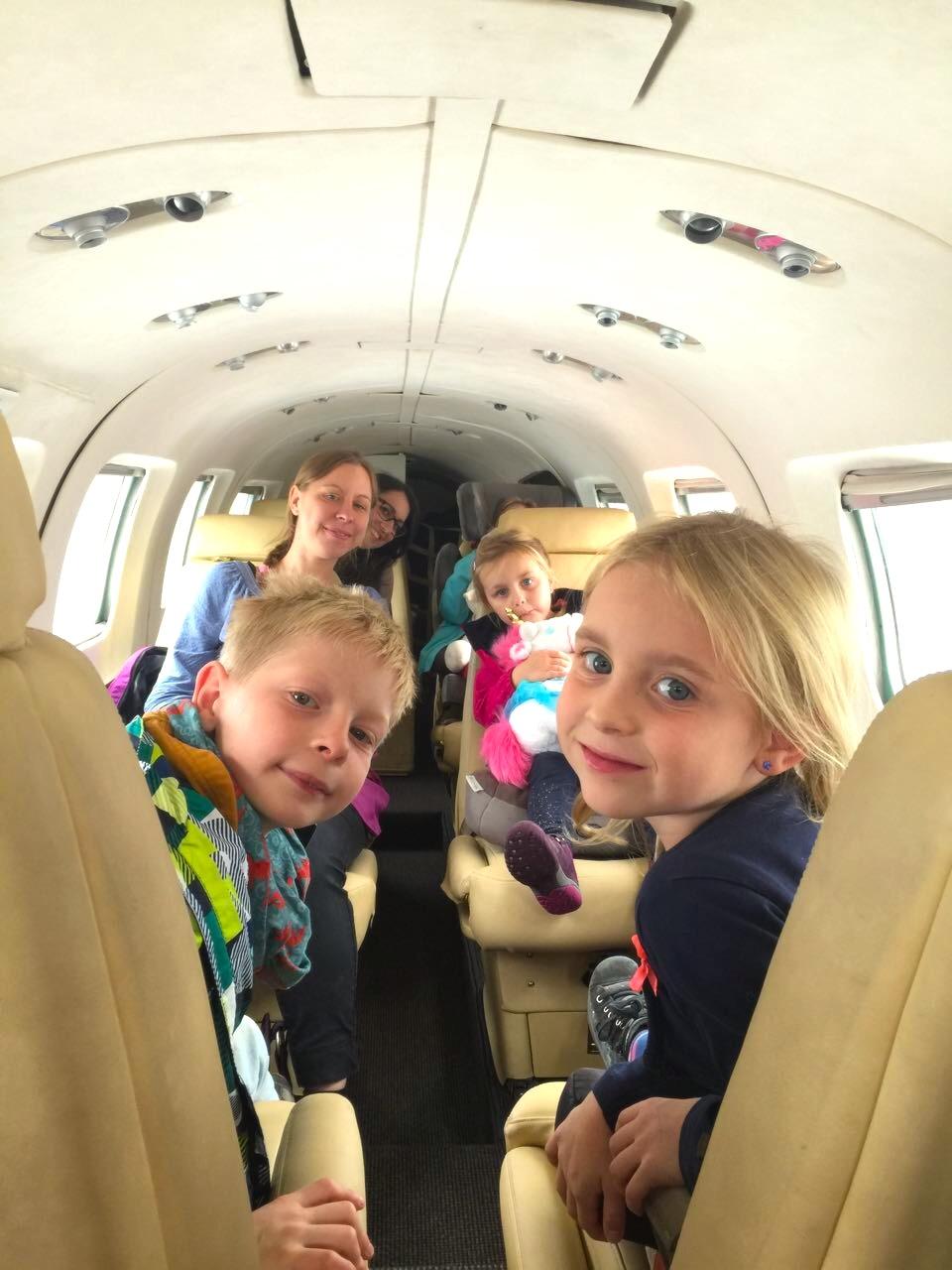 Vier Kinder fliegen mit Pilot Walter Extra