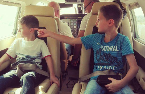 Lias und sein Bruder genießen den Flug